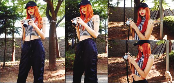 ----------------  • Des photos personnelles de la belle Lisa toute seule mis en ligne sur leur compte partagé sur Instagram.   Septembre 2017 -  Lisa   elle est tellement  belle.  On dirait qu'elle pose pour un shooting. J'apprecie de malade cette tenue assez simple.  ----------------