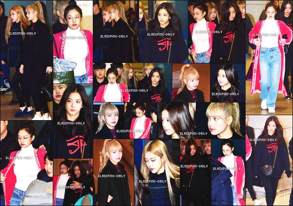----------------  14/01/19 :   Le groupe BlackPink photographiée  ensemble dans la journée à l'aéroport de  Incheon    - Corée du Sud.    J'adore beaucoup la veste sur Jennie. Elle a piqué les lunettes de Lisa. Au top pour la tenue de Jisoo et Lisa. Top pour la queue de cheval.  ----------------