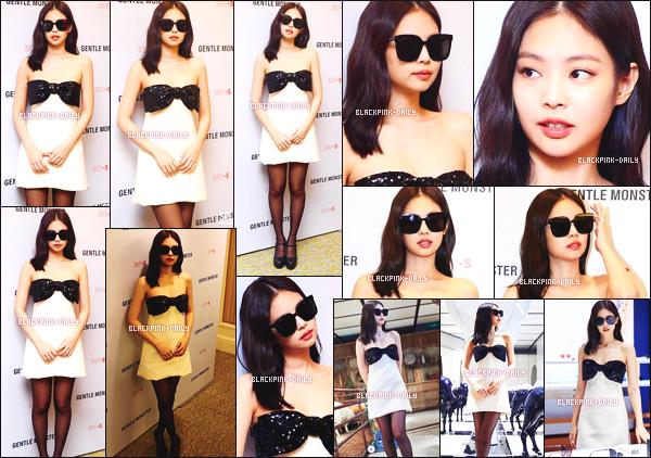 ----------------  10/12/19 :   Mlle Jennie photographiée durant l'évenement de mode pour la marque de      Gentle Monster  -  Beijing.   J'adore    cette tenue, Jennie est tellement belle et assez merveilleuse, on dirait une princesse dans cette robe simple. Sublime la coiffure.  ----------------