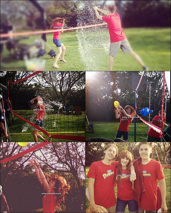 . 18.02.2012Bella Thorne et lesfrèresSprouse font uncombat de ballon d'eausur le tournage de Daminals aMiami  .