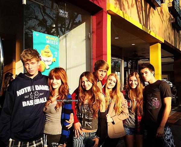 . 19.02.2012 Bella Thorne et ses amies dans le magasin de Yogourt  .