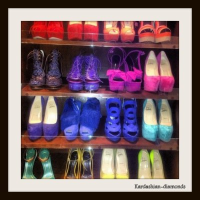 - 04-03-12 Kim a posté une partie de son dressing, ses chaussures Louboutin de toutes les couleurs !