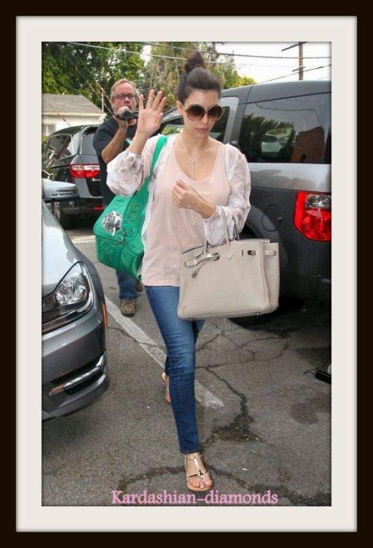 - 27-03-12 Kim quittant le salon Laser à Santa Monica !