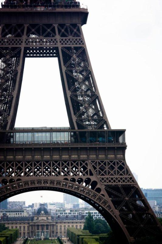 Paris est une solitude peuplée. Une ville de province est un désert sans solitude