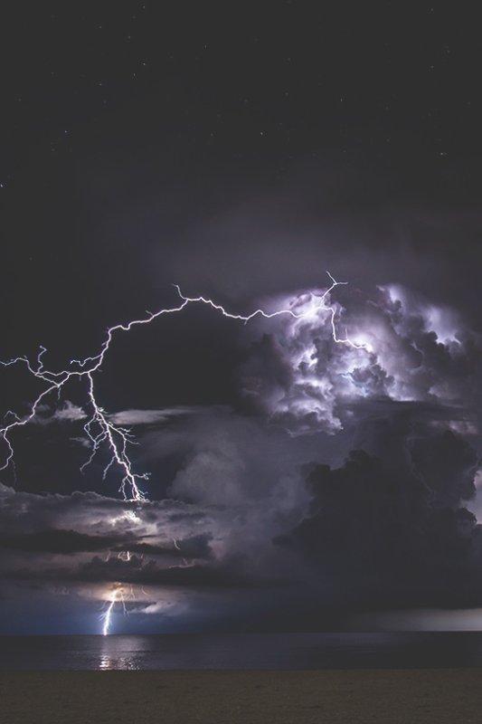 Le baiser frappe comme la foudre, l'amour passe comme un orage, puis la vie, de nouveau, se calme comme le ciel, et recommence ainsi qu'avant. Se souvient-on d'un nuage ?