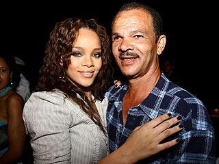 NEW /01/11 : Rihanna a enterré la hache de guerre avec son père !