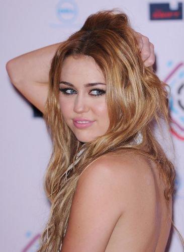 07/11:Miley a fait beaucoups de choses ce jours là elle a d'abord etait sur le tapis rouge
