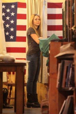 13/11 : Miley faisant du shopping a West Hollywood
