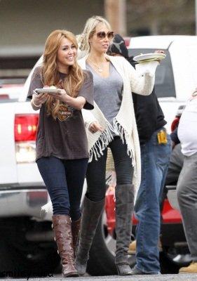 15/12: Miley sur le tournage de So Undercover