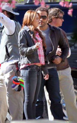 22:01 : Miley sur le tournage de So Undercover