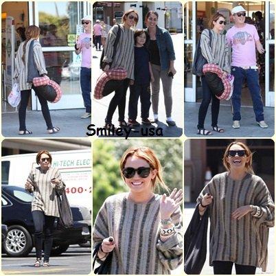 26/04 : Miley, Noah et sa mère allant dejeuner a Los Angeles (dsl je n'ai pas trouver de photos avec sa mere et sa soeur)
