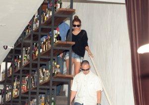 07/05 : Miley quittant un restaurant à Buenos Aires (en Argentine)