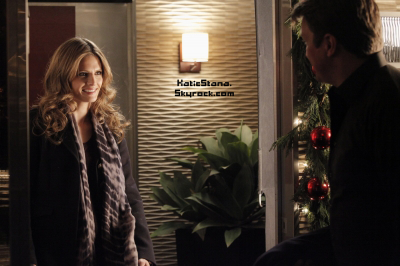 Stana Katic.  Nominée aux People Choice Award 2013!       Stana Katic.  Photo promo 5x09 - Secret Santa