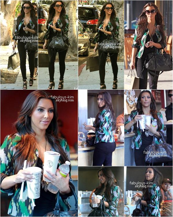 18 Août 2010 - Kim a été aperçue avec son ami Jonathan Cheban sortant d'un restaurant dans Beverly Hills Photos