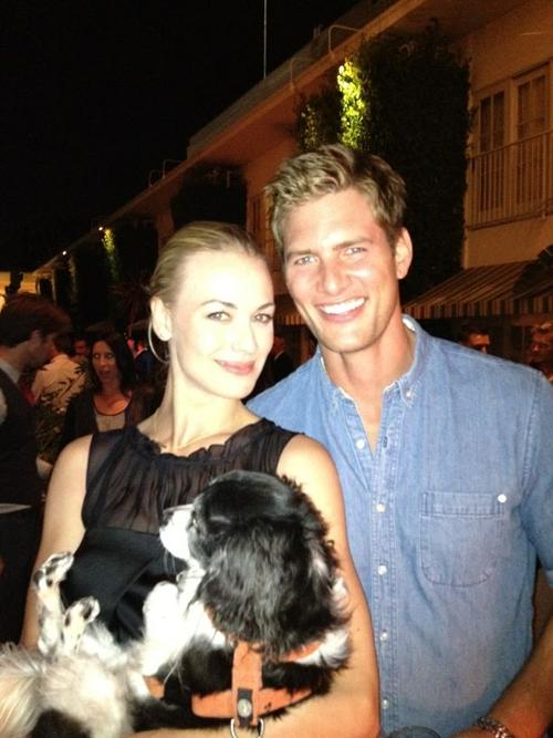 Pardon, j'ai oublié que 3 juillet 2013, Yvonne a été à anniversaire de Ryan McPartlin, c'était ses 37 ans et Yvonne a pris un des ses chiens.
