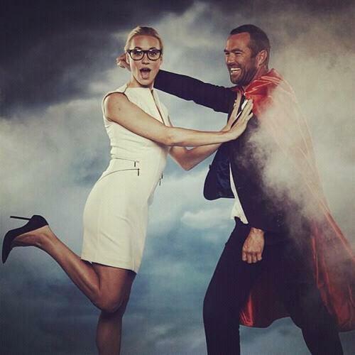 Voici le photo de la soirée anniversaire de superman, Yvonne a pris un photo pour l'anniversaire de superman avec Sullivan Stapleton