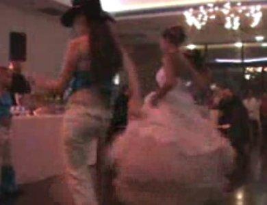 Une mariée danse country avec sa robe