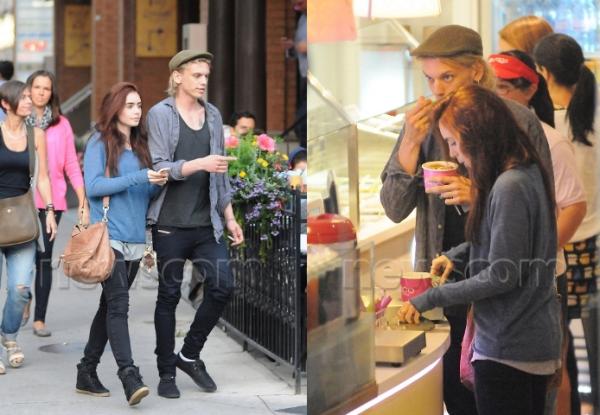 14/08/2012: Lily et Jamie Campbell Bower son petit ami ont été vu dans les rues de Toronto au Canada.
