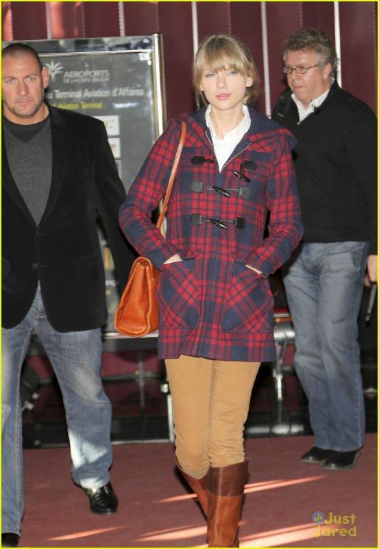 taylor arrivant a  l'aéroport de nice le 25 janvier  pour les nrj music award (le 26 janvier)
