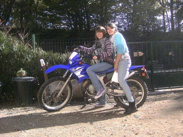 Maelle et Déborah sur Kevin .. la moto xD
