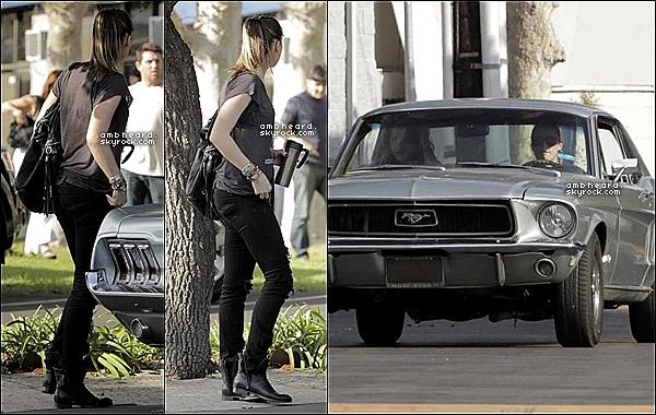 """06/10/12 : Notre jolie Amber Heard à été aperçue dans les rues de Los Angeles avec l'une de ses amies. """"+ » Les deux jeunes femmes sortaient d'une clinique d'Acupuncture. Un gros TOP pour la tenue """"rock"""", j'adhère totalement !"""