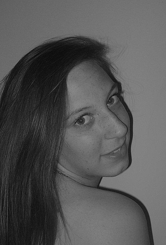 Olivia _ Mieux vaut ranger sa fièrté, que ses souvenirs, car au fond __c'est celui ou celle que tu aime qui te fera sourire.     Olivia