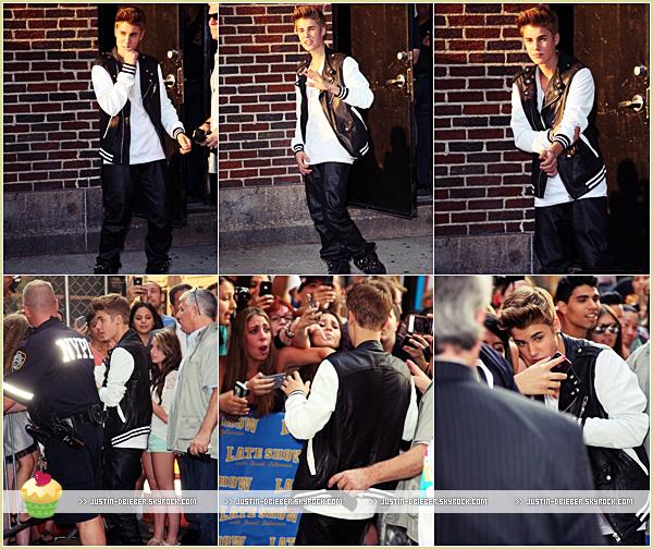 . Mercredi 20 Juin : Justin a été vu arrivant au studio de l'émission The Late Night ShowJ'aime beaucoup sa tenue , c'est simple mais le rouge lui va vraiment bien ! C'est un Top ! :)  .