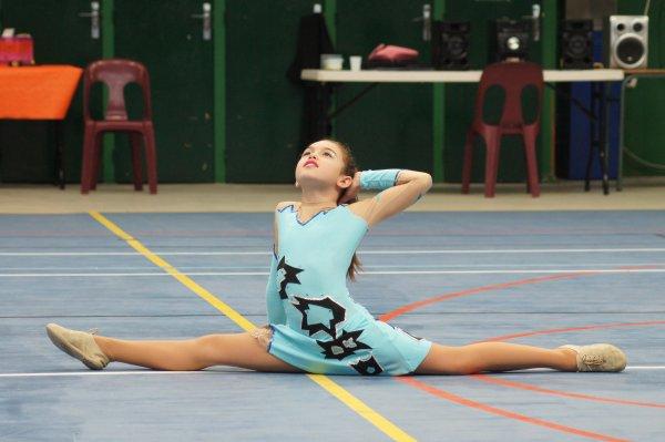 Manon et le twirling bâton (juin 2012)