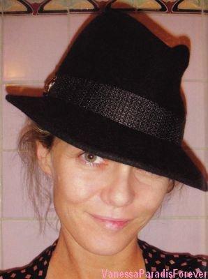 """Vanessa en action pour la charité de la Fondation """" Hat or """""""