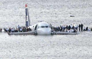 Spectaculaire amérissage d'un avion au bord d'une plage
