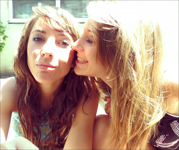 Un vrai ami est celui qui connaît la chanson de ton coeur et qui est capable de te la chanter lorsque tu en oublie les paroles.