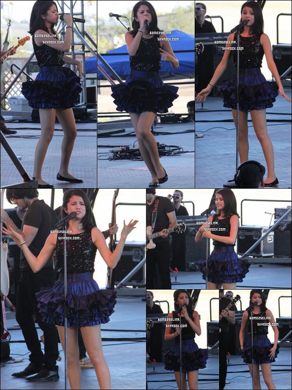 . --18 septembre ... Selena donnant un concert à Pomona en Californie ( + photos backstages ). --19 septembre ... Selena donnant un second concert, cette fois ci à Hutchinson au Kansas ... Elle est superbe ! .