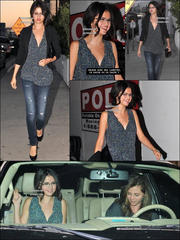 . 1er Septembre 2010 : Selena et sa maman sortant d'un restaurant mexicain. Vous aimez ses lunettes ? .