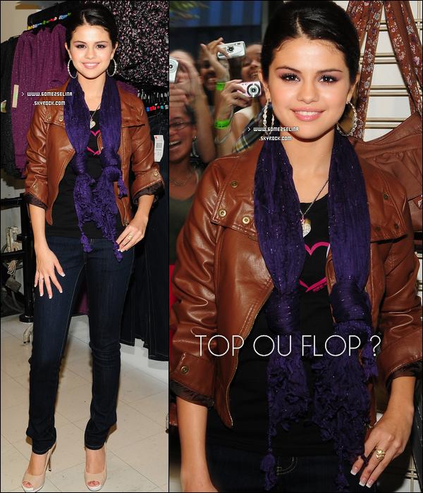 . **» Apparition. 23.09.10 | Selena en pleine séance dédicasse pour « Dream Out Loud » à K-Mart à NYC. Juste sublime...  .
