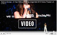 """Selena Gomez avait l'air de sortir d'une lampe magique dimanche soir quand elle a chanté """"A Year Without Rain"""" en live lors du KIIS FM Jingle Ball, au Nokia Theatre de Los Angeles. Dites-nous ce que vous pensez de sa tenue très """"Mille et Une Nuits"""" !Selena Gomez a encore eu l'occasion de chanter son dernier single, A Year Without Rain, en live, dimanche soir pour le KIIS FM Jingle Ball qui avait lieu au Nokia Theatre de Los Angeles. Cette fois-ci, elle ne portait pas sa jupette à volants bleue, mais elle était tout de blanc vêtue. Elle avait choisi un tenue inspirée des Mille et Une Nuits, composée d'un pantalon type sarouel (version sexy) et d'un bustier très décolleté assorti. Décidément, l'héroïne des Sorciers de Waverly Place est très inspirée par les contes en ce moment, on vous rappelle qu'elle a également posé déguisée en Belle au Bois Dormant et autres princesses célèbres. Nous on la trouve super mimi dans son look de génie, pas vous?"""