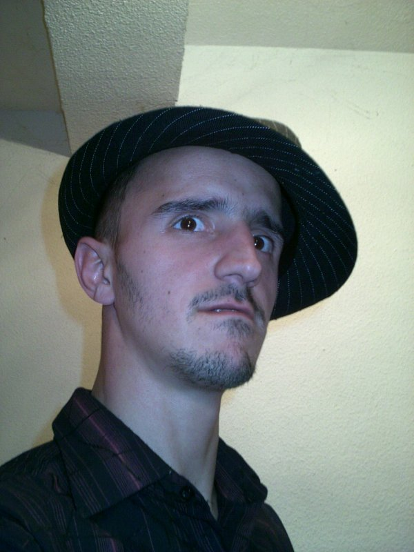 moi avec un chapeau
