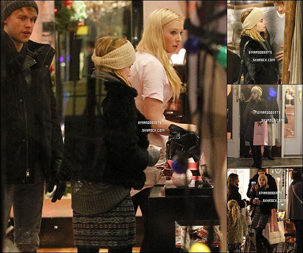 . 20/12/11 - Emma a était vu a Londres avec son chérie dans une boutique pour homme.  .