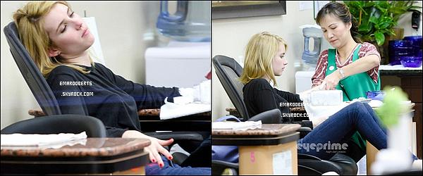 . 09/01/12  Emma c'est rendu a un salon de manucure. Pour sens faire une de la couleur rouge ! Pour ce qui est de la tenue je lui accorde un gros top , j'adore son haut noir et son jeans et vous ? .