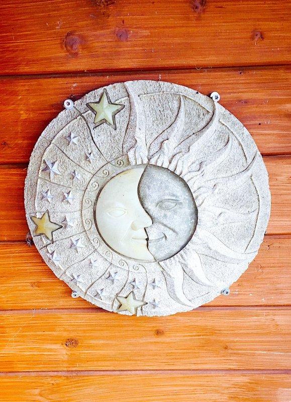 """Décoration sur le mur du cabanon. """"Le soleil a rendez-vous avec la lune"""". Dekoration, an die Wand der Hütte ausgehangen. """" Die Sonne hat eine Verabredung mit dem Mond """"."""