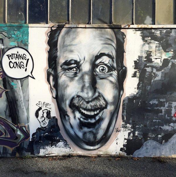 Sur le côté d'un mur encore un thème naturel ressemblant un peu à Pagnol…  Auf der Seite einer Wand noch ein ähnliches natürliches Thema, Ähnlichkeit an Pagnol …