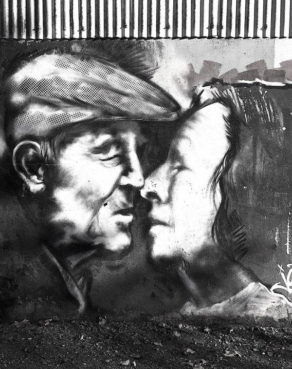 Dernier sujet choisi: le baiser;  peint sur le mur d'une fabrique désaffectée. Letztes gewähltes Thema: der Kuß; auf der Wand eines geschlossenen Werkes gemalt.