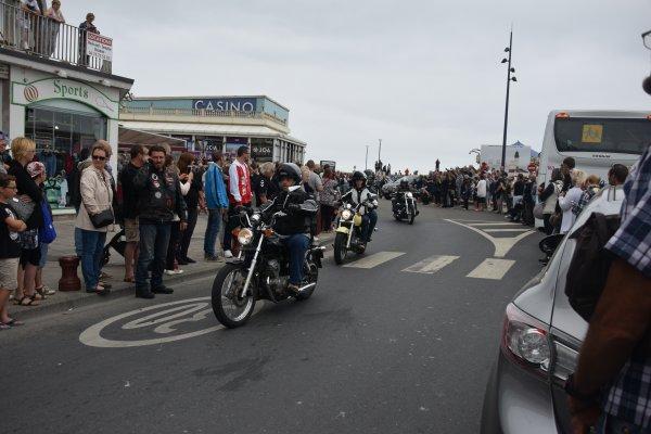 le 24juin festival americain la parade a la fin un petit a moto cool