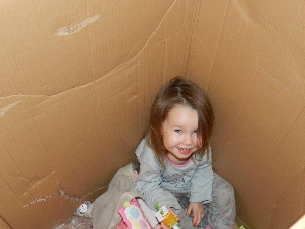 ma etite fille louaane et sa maison en carton