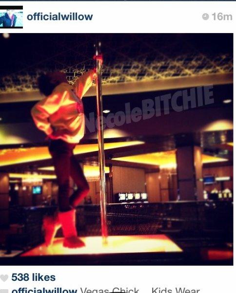 La jeune Willow... à Las Vegas s'amuse avec une barre de stripteaseuse