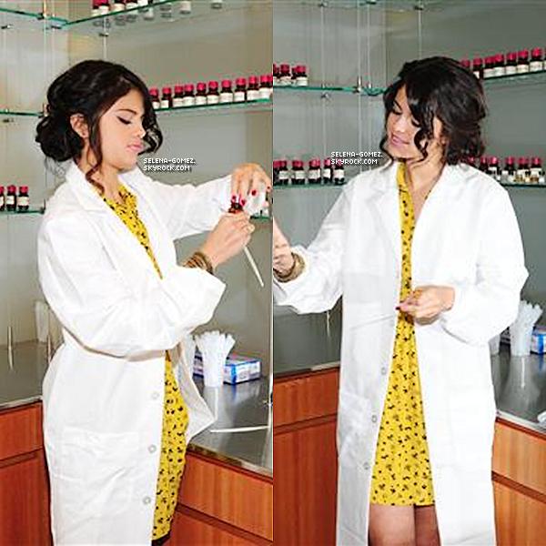 """Bien que ces photos viennent d'apparaître , le 13 février 2012 Selena a fini de créer son parfum appelé """"Selena Gomez"""" car selon elle il lui ressemble . Elle a voulu créer un parfum pare-qu'elle adore sentir bon et voudrait que ses fans aient une petite partie d'elle en mettant ce parfum car elle a créé ce parfum selon ce qu'elle aime porter . Elle l'a créer exclusivement pour ses fans ."""