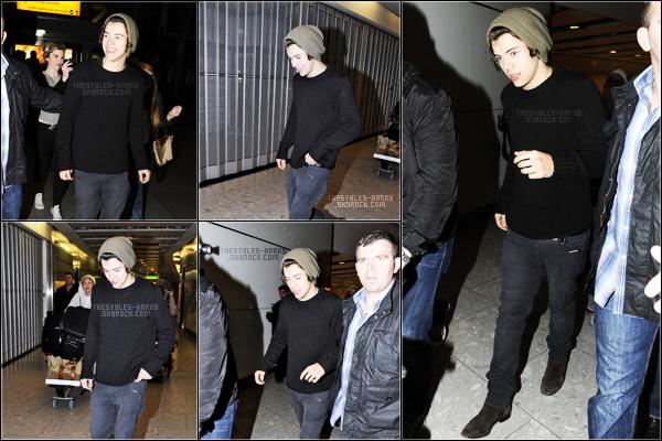 15.05.12 - Les boys arrivant à l'aéroport d'Heathrow.  Harry portait un pull noir, un jean gris, des boots marrons et un bonnet kaki. Un avis sur sa tenue ?
