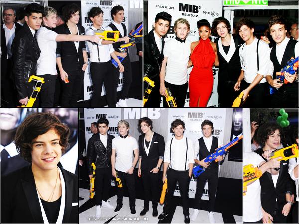 23.05.12 - Les garçons à la première de Men In Black 3.  Harry était habillé tout en noir et blanc pour s'accorder avec le film. J'aime beaucoup son costume, c'est classe. Un avis sur sa tenue ?
