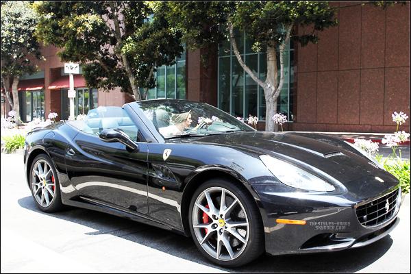 22.06.12 - Harry près de Beverly Hills.  Harry a été vu lorsqu'il conduisait dans les environs de Beverly Hills. On voit seulement qu'il portait un t-shirt blanc et son bonnet kaki.