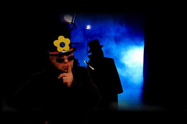 Sherlock Holmes sportif dans scène de crime