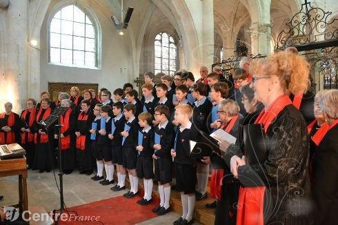 Le Public redécouvre la Collégiale avec les Petits Chanteurs à la Croix de Bois.